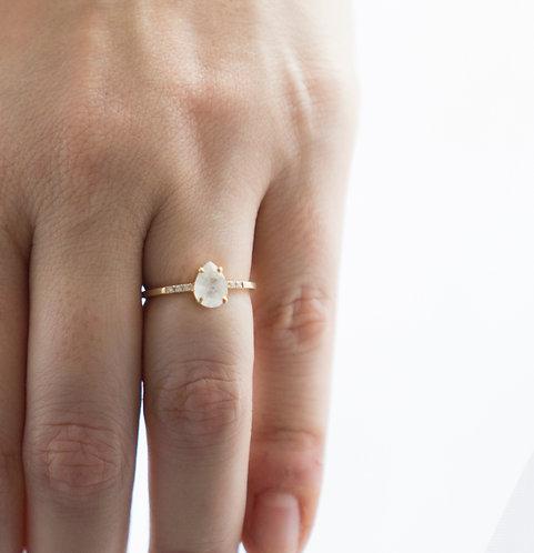 18kt geelgouden ring met pear cut maansteen en briljantjes