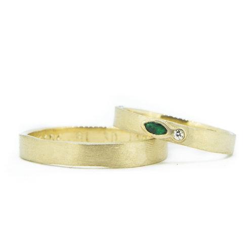 18kt geelgouden trouwringen + briljant & smaragd