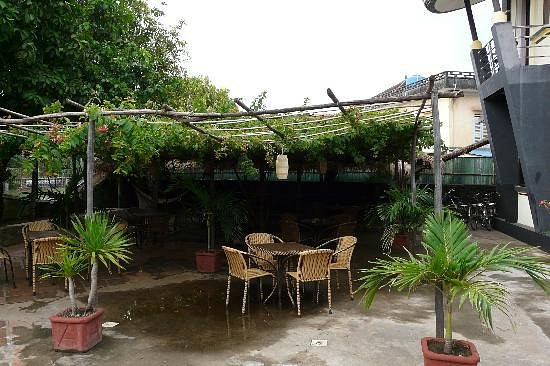 outdoor-dining-area-and.jpeg