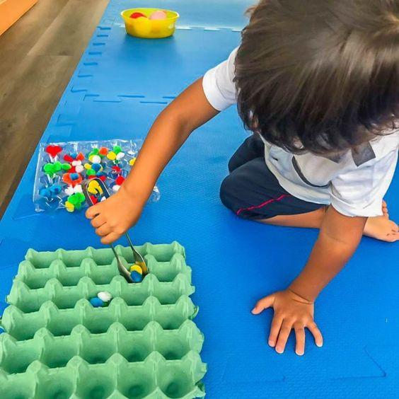 criança movimento pinça montessori