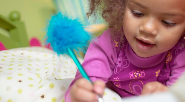 criança movimento pinça escrita montessori