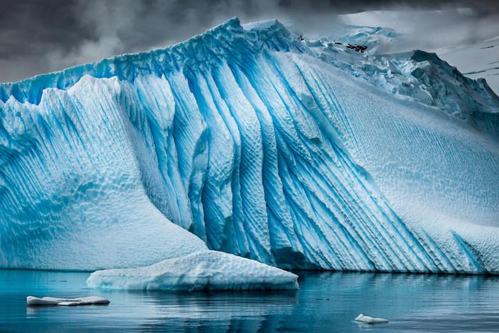 NIPA1617R3_PDI_036_B_MNPC_3_Icebeg_Textures,_Antarctic_Peninsula_Ian_Lyons.jpg