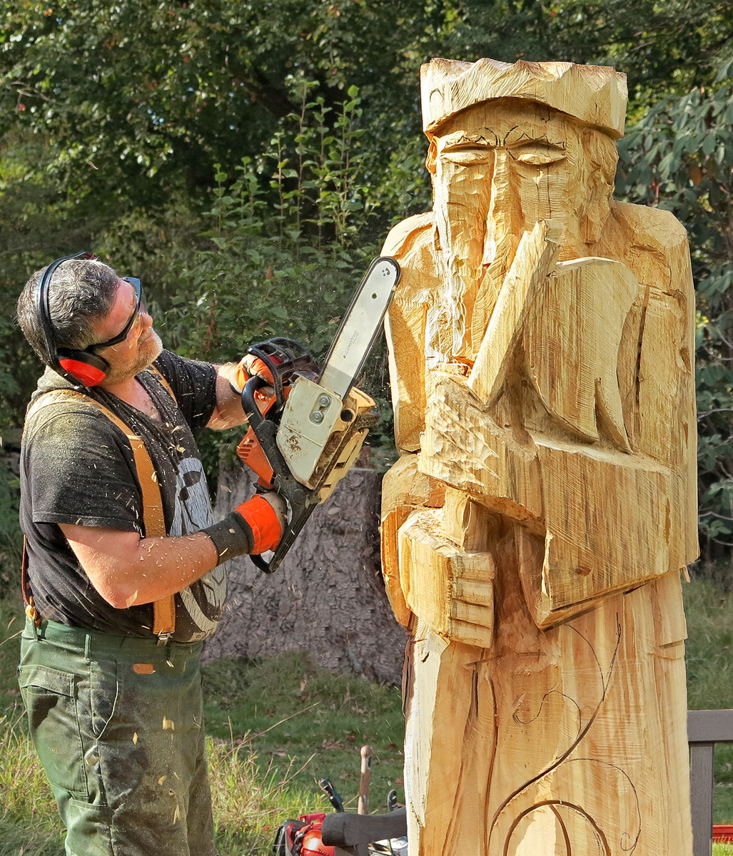 COLOUR - Art of Chainsaw Carving - Jessie Groeschen by Muriel Darling (9 marks)