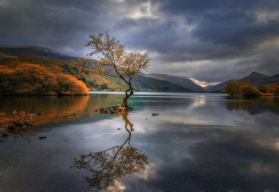 COLOUR - Autumnal Llyn Padarn by Gwilym Jones (16 marks)