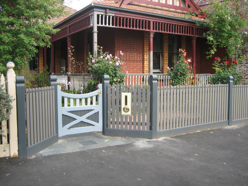 Heritage Rounded Posts with Round Top Feature Pickets
