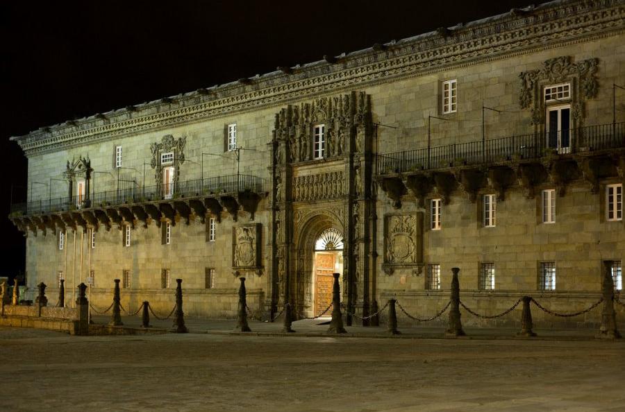 parador_de_santiago_74_fachada_noche_2