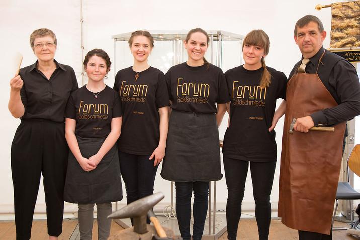 Nachwuchstalente mit dem Team des Forum Goldschmiede