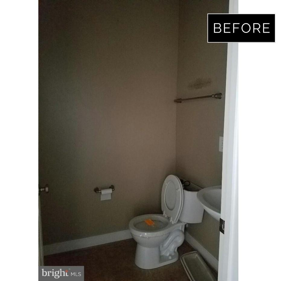 Lexington- Powder Room BEFORE