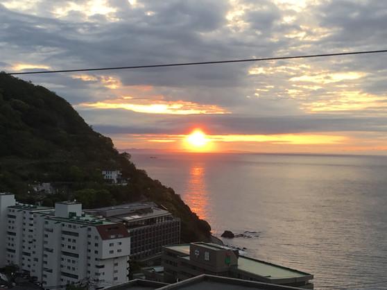 海に昇る朝日