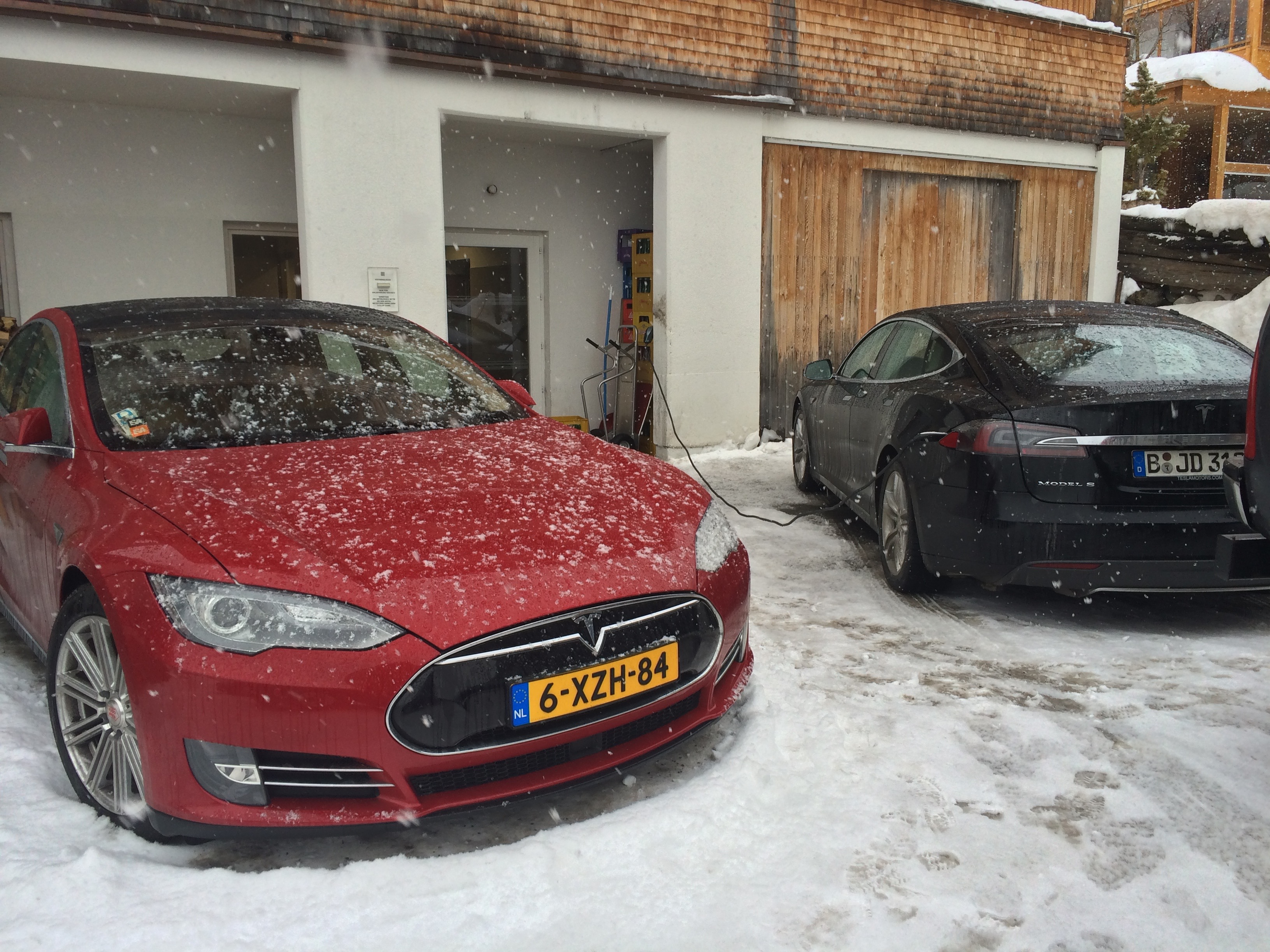 Dutch Tesla's skiing in Austria