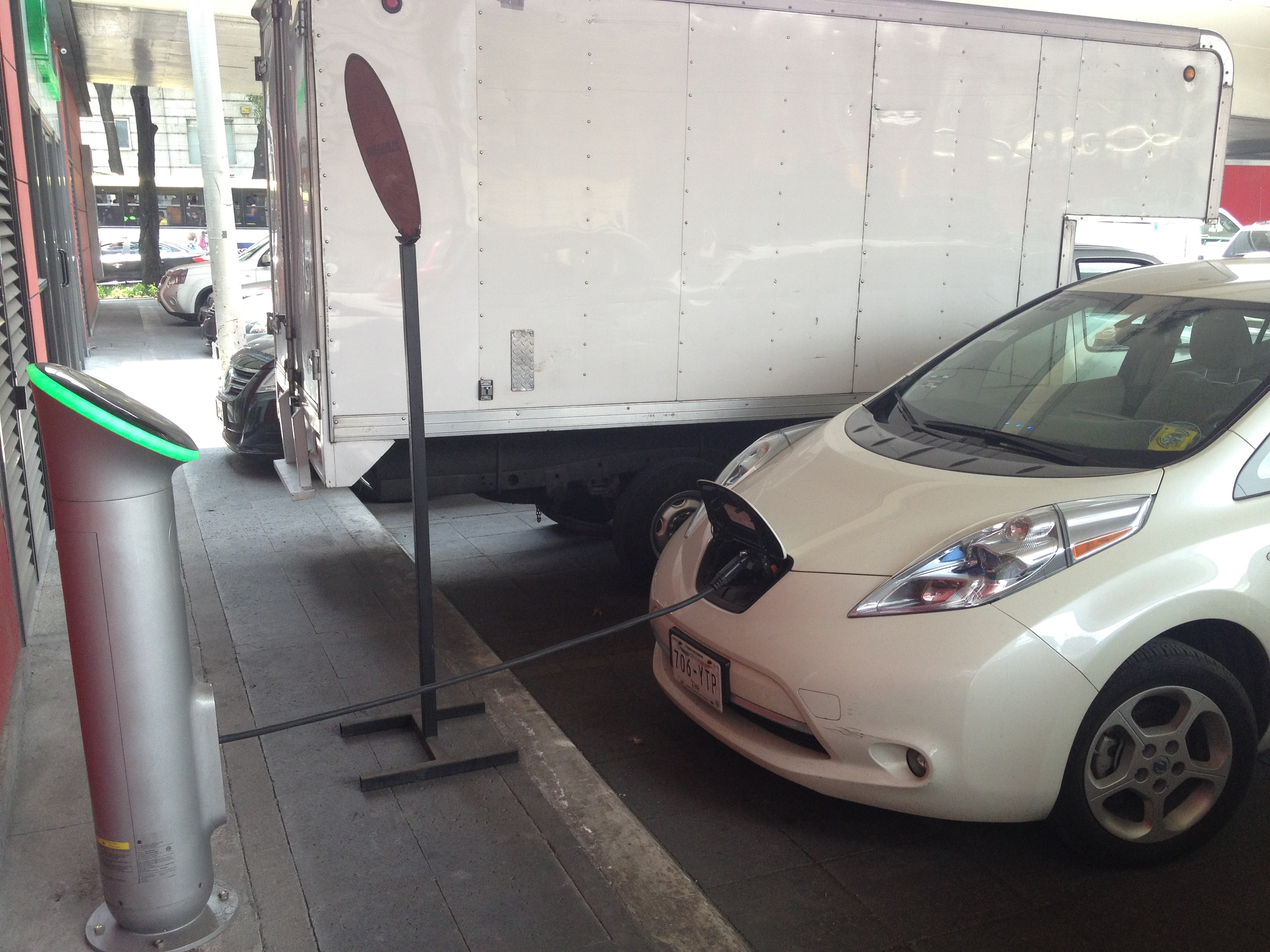 Nissan Leaf charging in CDMX