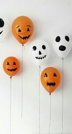 Balões com cara de fantasma, esqueleto e abóbora! Pode ser com caneta permanente ou com papel preto recortado e colado!