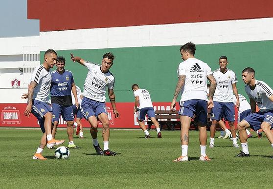 La selección nacional de fútbol se prepara para enfrentar a Brasil