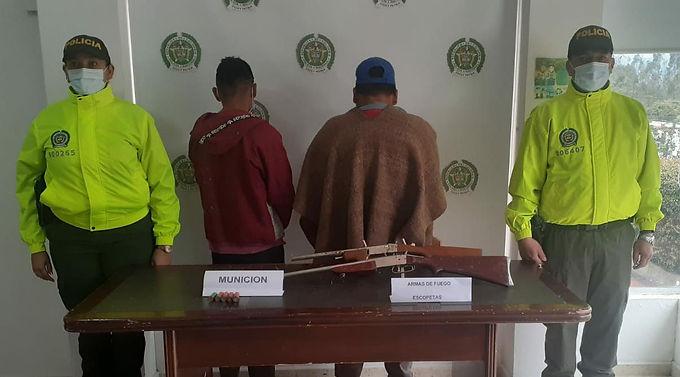 Dos personas capturadas y varias armas incautadas