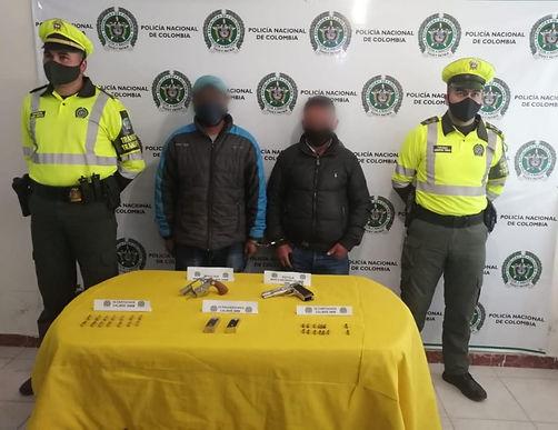 Dos personas capturadas con armamento y municiones