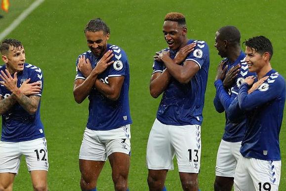 Mina y James figuras en el partido del Everton
