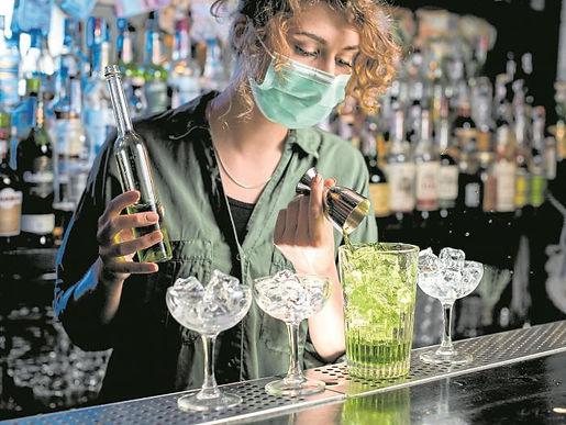 Bares ya tienen luz verde para iniciar piloto de venta de alcohol a la mesa