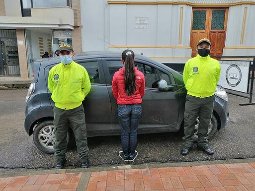 Una persona capturada por movilizarse en un vehículo con placas falsas