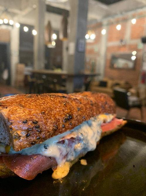 Sandwich Napoleón - Pan baguette artesanal, queso azul, maasdam y salami.