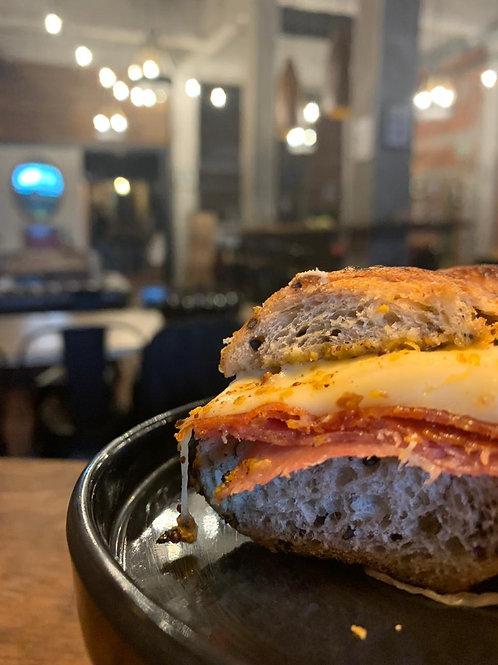 Sandwich Prócer -  Pamplona, salami, queso muenster, mostaza y mayonesa de ajo