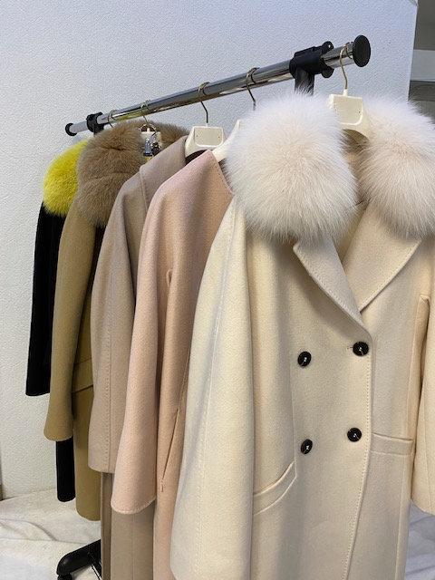 Пальто из шерсти с меховыми воротниками