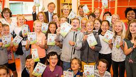 Prinses Laurentien reikt ANWB Achterbankboekje uit