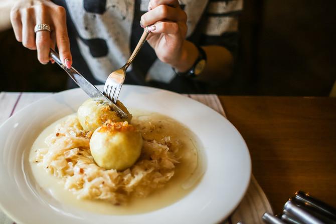 Qual o jeito certo de segurar os talheres durante a refeição?