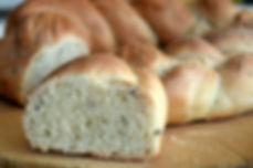 treccia di pane su tagliere