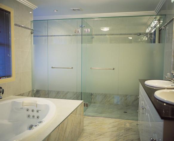 Frameless showerscreen 5.jpg