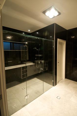 Frameless showerscreen 3.jpg