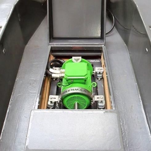 Green Marine electric boat motor in installed in sloop