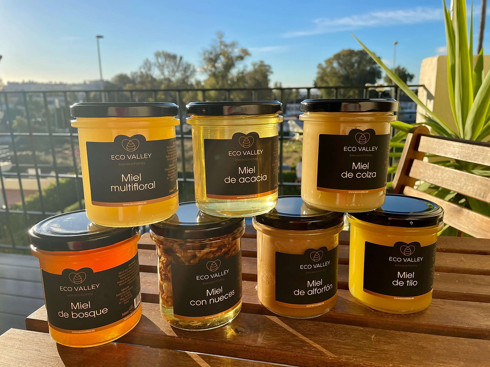 What determines the color of traditional honey?