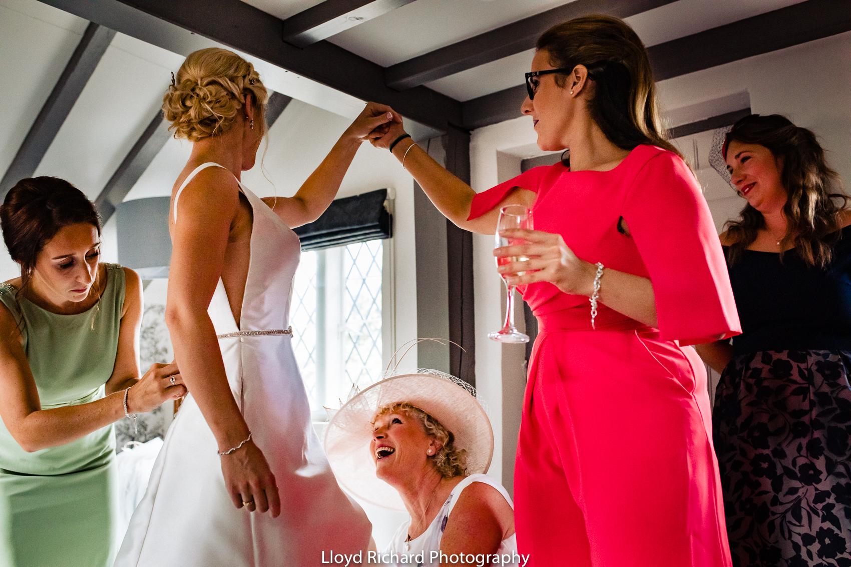wedding prep in Chestnut Cottage in Beaulieu