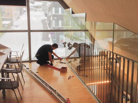 Rekkverk av glass og stål på Tromsø bibliotek