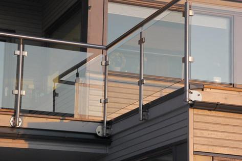 Rekkverk av glass og stål