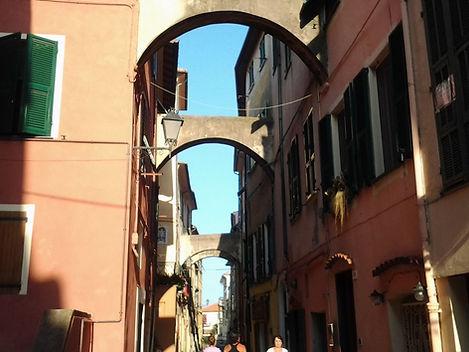 Riva Ligure, ponti tra le case.jpg