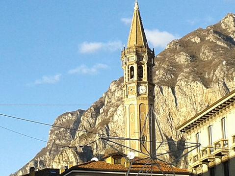 Lecco, il campanile del Duomo e le monta