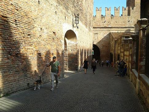 Verona, Dentro il Ponte di Castevecchio.