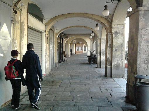 A passeggio nei portici di Voghera.jpg