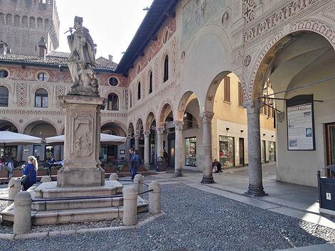 piazza Ducale con statua.jpg