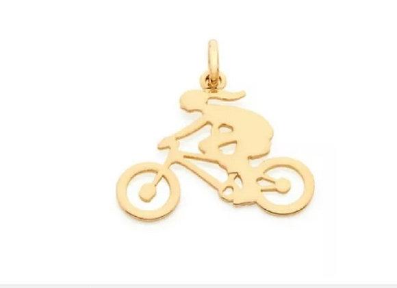 "Pingente liso vazado, formado por ""menina ciclista"""