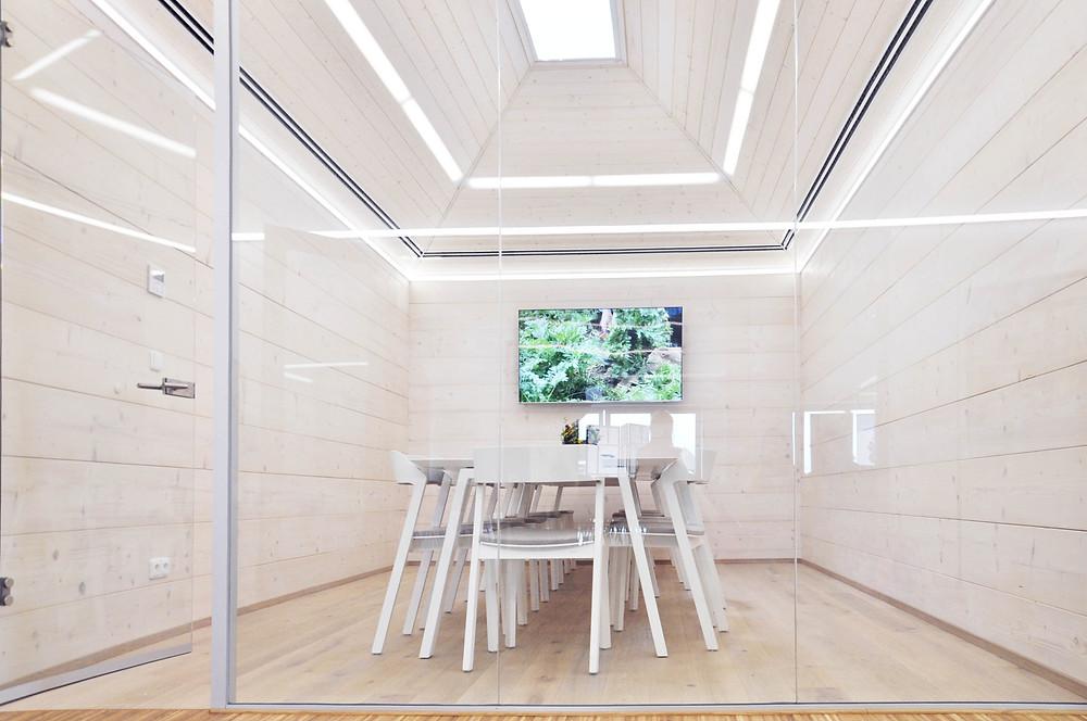 Čistý vnitřní design. Vodorovné linky srubové konstrukce vrcholí v pyramidální střeše se světlíkem. Svítidla a štěrbiny vzduchotechniky umocňují horizontální pojetí.