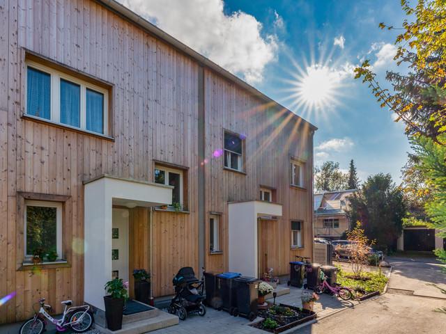 Erstellung eines Massiv-Doppelhauses mit Lärchen-Außenschalung