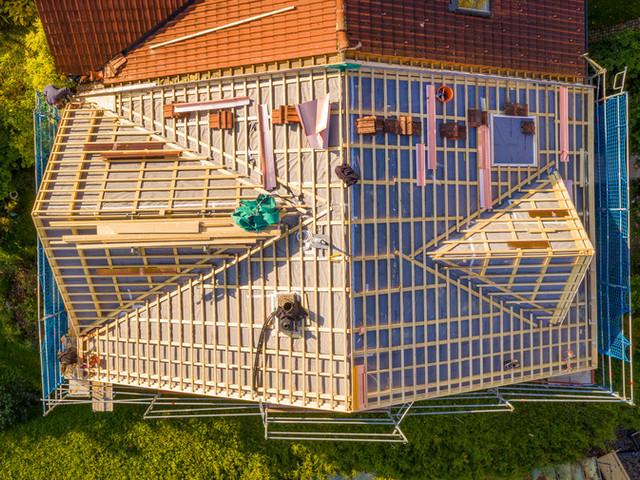 Aufstockung eines bestehenden Doppelhauses mit Quergiebeln
