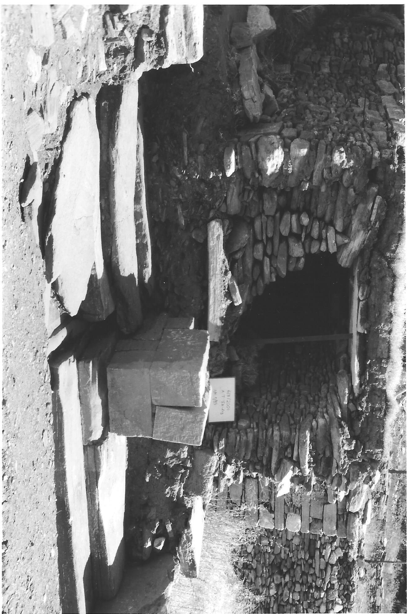 Ανασκαφή 2001, άνω άνδηρο, ο δυτικός τοίχος της στοάς Γ και ο δρόμος ΙΙ 001