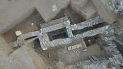 Αεροφωτογραφία της κρήνης στο πίσω μέρος της στοάς ΣΤ στο κάτω άνδηρο