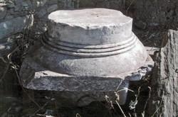 Δωρικό κιονόκρανο, που αποδίδεται στη στοά ΣΤ, εύρημα της ανασκαφής του 1830