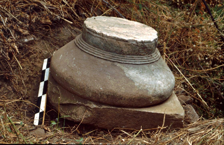 Δωρικό κιονόκρανο, που αποδίδεται στο ναό του Απόλλωνος
