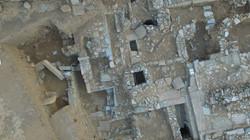 Αριστερά ο ημιυπόγειος χώρος στα δυτικά του κτηρίου Δ