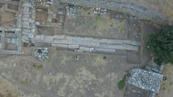 Αεροφωτογραφία της στοάς Γ στο άνω άνδηρο της αγοράς